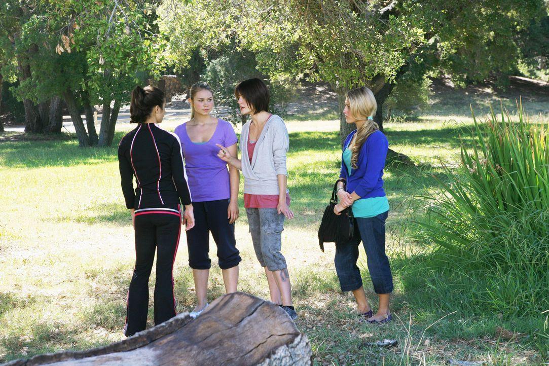 Werden sich die Mädchen wieder zusammenraufen? Kylie (Josie Loren, l.), Payson (Ayla Kell, 2.v.l.), Emily (Chelsea Hobbs, 2.v.r.) und Lauren (Cassi... - Bildquelle: 2009 DISNEY ENTERPRISES, INC. All rights reserved. NO ARCHIVING. NO RESALE.