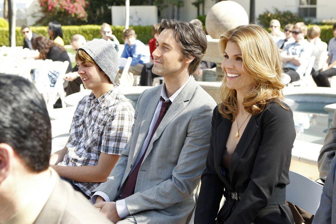 Dürfen bei der Abschlussfeier nicht fehlen: Ryan (Ryan Eggold,l.) und Debbie (Lori Loughlin, r.) - Bildquelle: TM &   2011 CBS Studios Inc. All Rights Reserved.