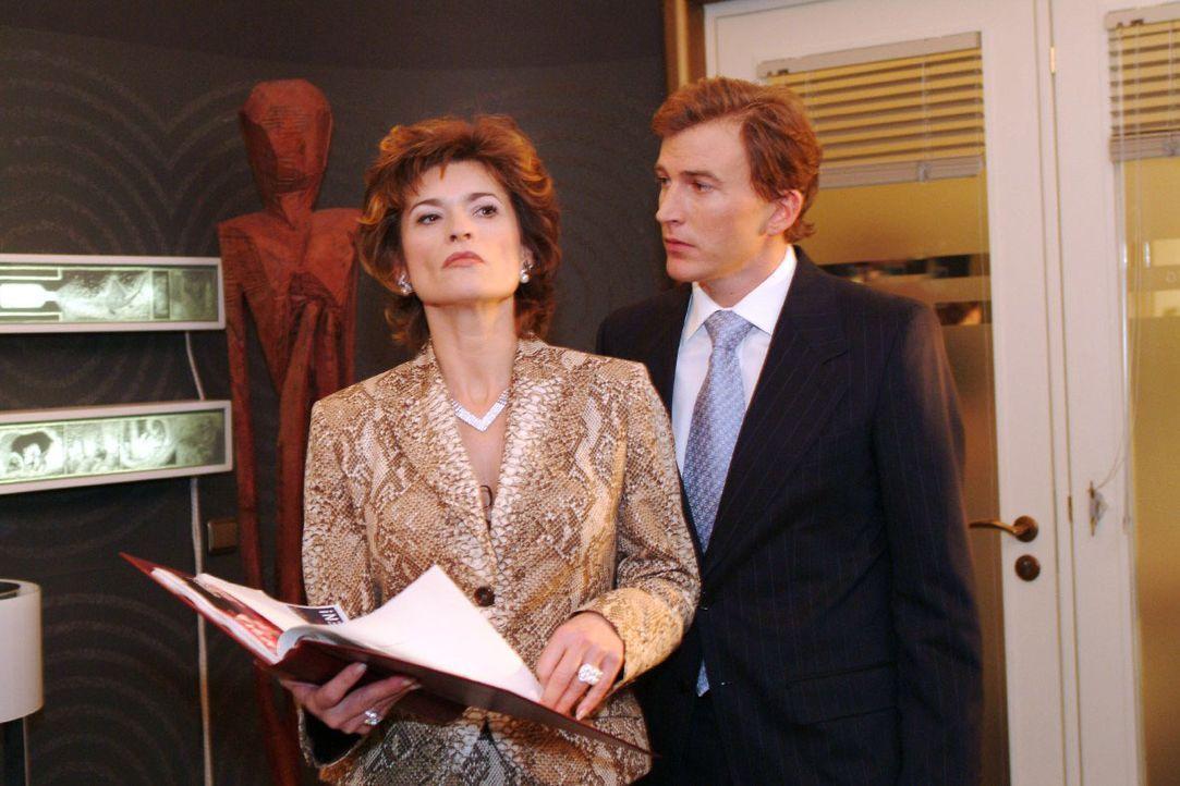 Sophie (Gabrielle Scharnitzky , l.) lehnt es ab, mit Olaf Kern (Axel Röhrle, r.), Richards Gehilfen, zusammen zu arbeiten. - Bildquelle: Monika Schürle SAT.1 / Monika Schürle