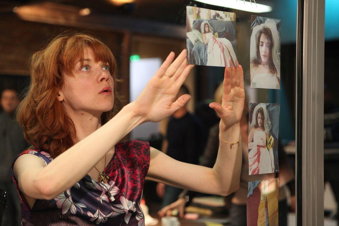Als eine Frau im Hochzeitskleid mit Stichwunden aufgefunden wird, erinnert sich Chloé (Odile Vuillemin) an einen alten Fall ... - Bildquelle: Xavier Cantat 2011 BEAUBOURG AUDIOVISUEL