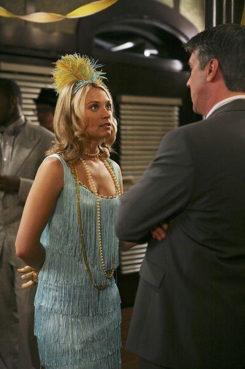 Casey (Spencer Grammer, l.) ist entsetzt, als Dekan Bowman (Alan Ruck, r.) vor ihr steht und die Party beenden möchte ... - Bildquelle: ABC Family
