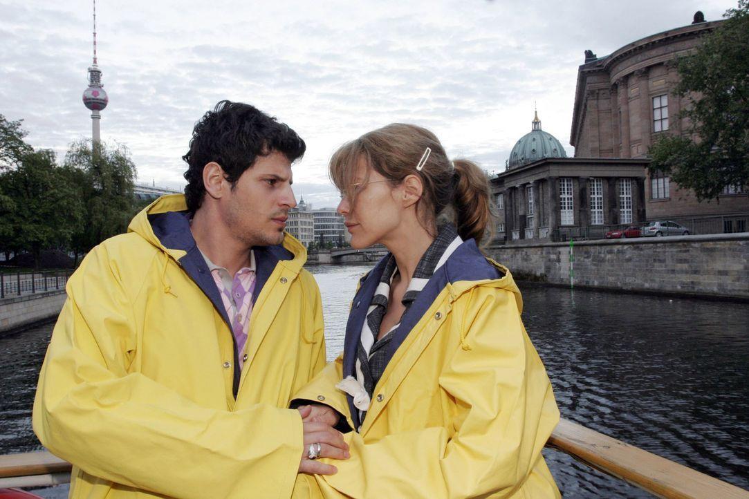 Lisa (Alexandra Neldel, r.) ist zutiefst gerührt von Rokkos (Manuel Cortez, l.) Geständnis, dass er Angst hat sie zu verlieren. (Dieses Foto von Ale... - Bildquelle: Noreen Flynn SAT.1 / Noreen Flynn