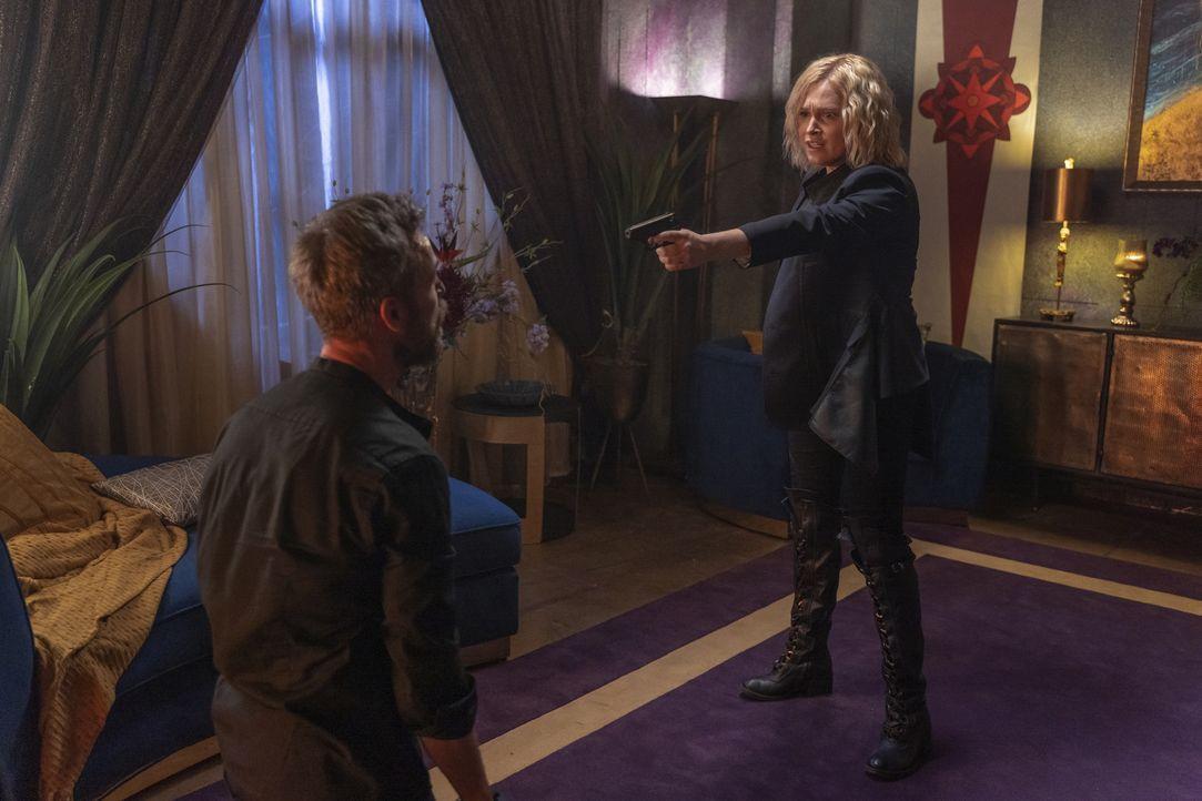 Russell Lightbourne VII (JR Bourne, l.); Clarke Griffin (Eliza Taylor, r.) - Bildquelle: 2020 Warner Bros. Entertainment Inc. All rights reserved.