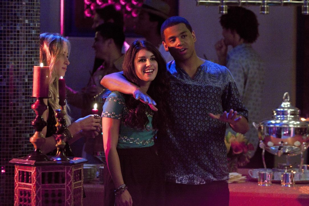 Annie (Shenae Grimes, l.) und Dixon (Tristan Wilds, r.) feiern ausgelassen auf Naomis Party, bis Liam auftaucht ... - Bildquelle: TM &   2011 CBS Studios Inc. All Rights Reserved.
