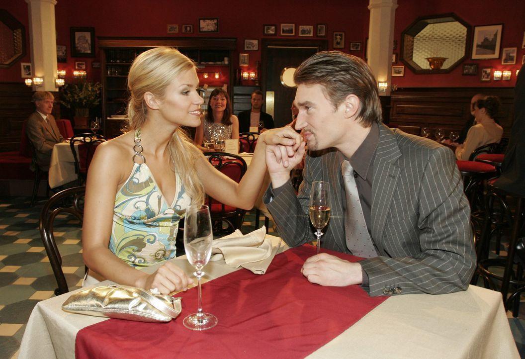 Gemeinsam mit Sabrina (Nina-Friederike Gnädig, l.) feiert Richard (Karim Köster, r.) seinen Erfolg... - Bildquelle: Noreen Flynn SAT.1 / Noreen Flynn