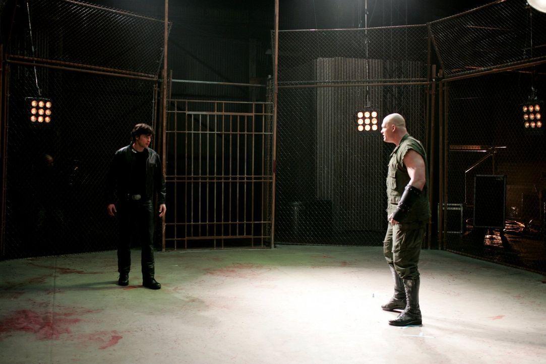 Der Kampf im Ring beginnt: Nachdem Clark (Tom Welling, l.) Lois als Gegnerin nicht verletzen konnte, muss er sich Titan (Glen Jacobs, r.) stellen ... - Bildquelle: Warner Bros.
