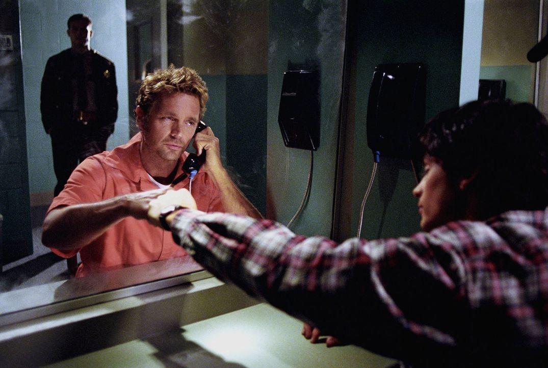 Der korrupte Polizist Sam Phelan lässt aus Rache Jonathan Kent (John Schneider, M.) wegen angeblichen Mordes verhaften - Clark (Tom Welling, r.) ver... - Bildquelle: Warner Bros.