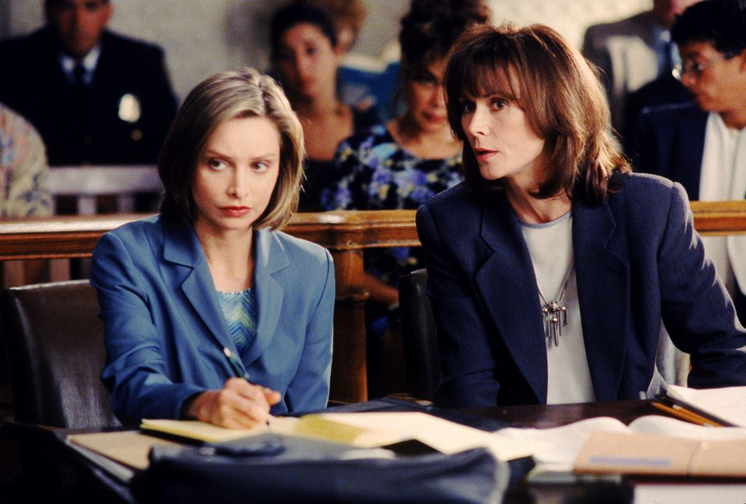 Die Nachrichtensprecherin Barbara Cooker (Kate Jackson, r.) verklagt den Sender, der sie wegen ihres Alters feuern will. Ally McBeal (Calista Flockh... - Bildquelle: Twentieth Century Fox Film Corporation. All rights reserved.