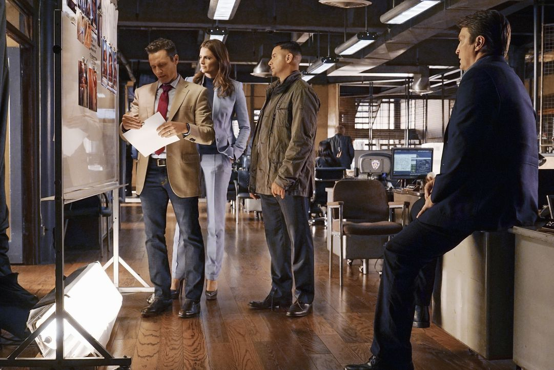 Als ein gaunerischer Verführer brutal ermordet wird, steht für das Team um Beckett (Stana Katic, 2.v.l.), Ryan (Seamus Dever, l.), Esposito (Jon Hue... - Bildquelle: Richard Cartwright 2015 American Broadcasting Companies, Inc. All rights reserved.