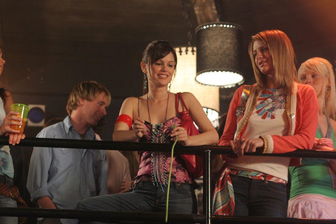 Versuchen undercover den wahren Drogendealer zu finden: Summer (Rachel Bilson, l.) und Marissa (Mischa Barton, r.) ... - Bildquelle: Warner Bros. Television