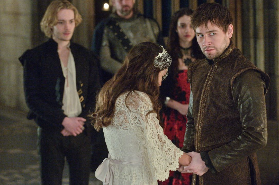 Er kann nicht fassen, was sein Vater Henry II. ihm antut: Bash (Torrance Coombs, r.), der vor den Augen von Mary (Adelaide Kane, 2.v.r.) und Francis... - Bildquelle: Ben Mark Holzberg 2013 The CW Network, LLC. All rights reserved.