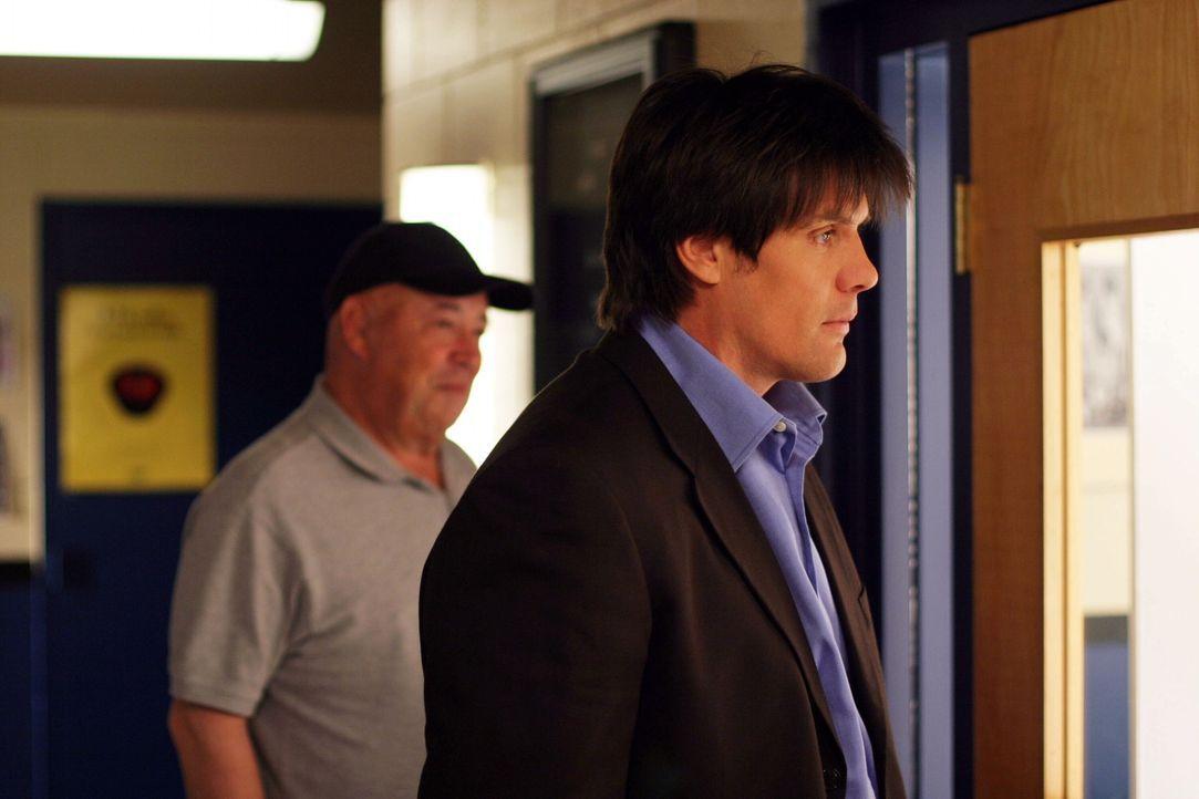 Als Whitey (Barry Corbin, l.) wegen seiner bevorstehenden Augenoperation ins Krankenhaus geht, wird Dan (Paul Johansson, r.) der neue Aushilfstraine... - Bildquelle: Warner Bros. Pictures
