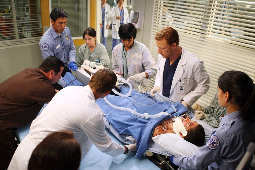 Ein Notfall: Owen (Kevin McKidd, 2.v.r.) und seine Kollegen versuchen einem Patienten das Leben zu retten ... - Bildquelle: Touchstone Television