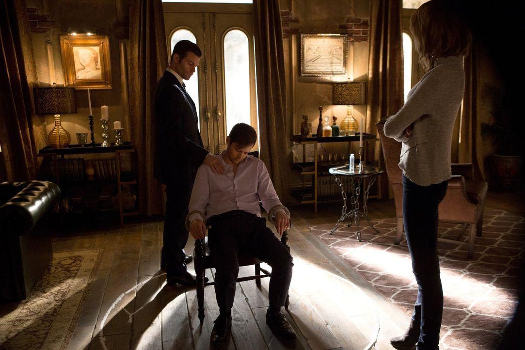 Während Elijah (Daniel Gillies, l.), Freya (Riley Voelkel, r.) und Hayley Tristan (Oliver Ackland, M.) zum Reden bringen wollen, wird Marcel vor ein... - Bildquelle: Warner Bros. Entertainment Inc.