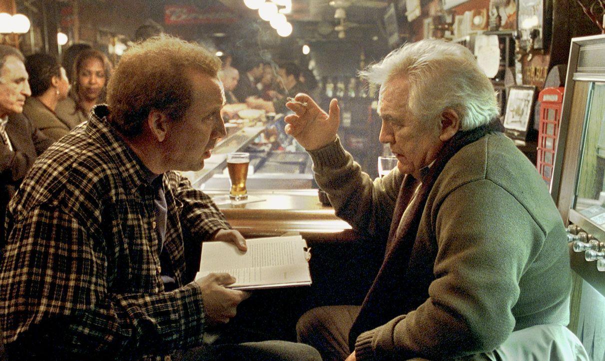 Die Verzweiflung über die Unfähigkeit, eine Romanvorlage zu einem Drehbuch zu adaptieren, lähmt Charlie (Nicolas Cage, l.) in jeder Hinsicht. Er... - Bildquelle: 2003 Sony Pictures Television International