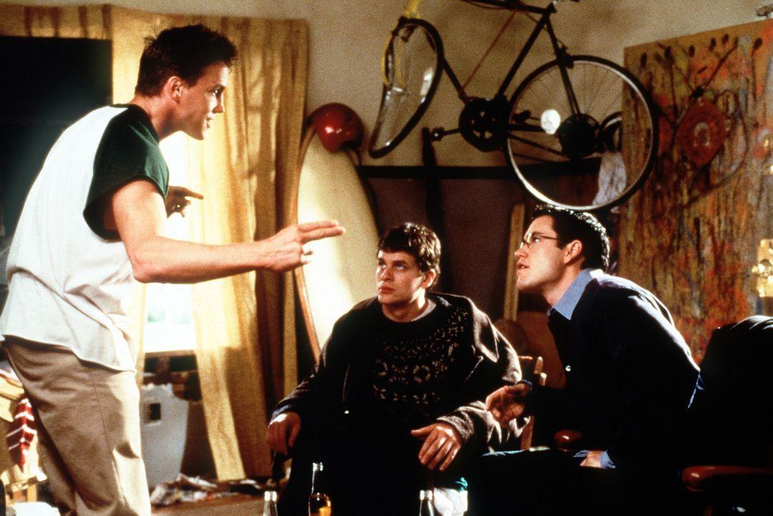 Cliff (Lochlyn Munro, l.) setzt Josh (Tom Everett Scott, M.) und Cooper (Mark-Paul Gosselaar, r.) einen Floh ins Ohr: Bisher haben alle näheren Mit... - Bildquelle: Paramount Pictures