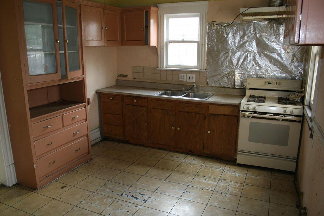Tarek und Christina möchten hier nicht nur die alte Küchenausstattung loswerden, auch der abgenutzte Fußboden muss raus ... - Bildquelle: 2015,HGTV/Scripps Networks, LLC. All Rights Reserved