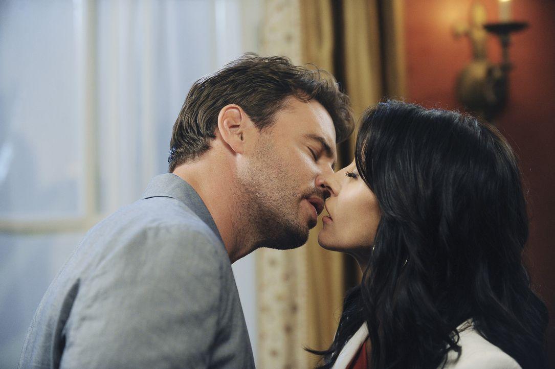 Was sich liebt, das neckt sich und so werden aus Feinden Liebende: Jeff (Scott Foles, l.) und Jules (Courteney Cox, r.) ... - Bildquelle: 2009 ABC INC.