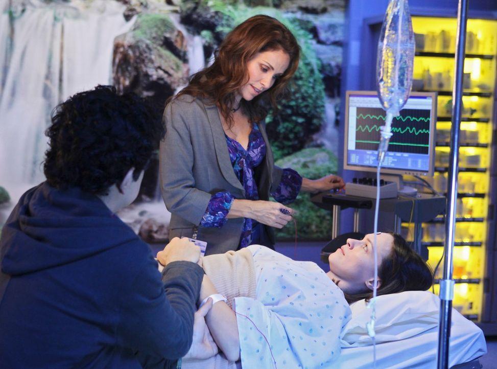 Violet (Amy Brenneman, M.) macht bei Barbara (Susan May Pratt, r.), die unter starken Depressionen leidet, eine Elektrokrampftherapie, nach der sich... - Bildquelle: ABC Studios