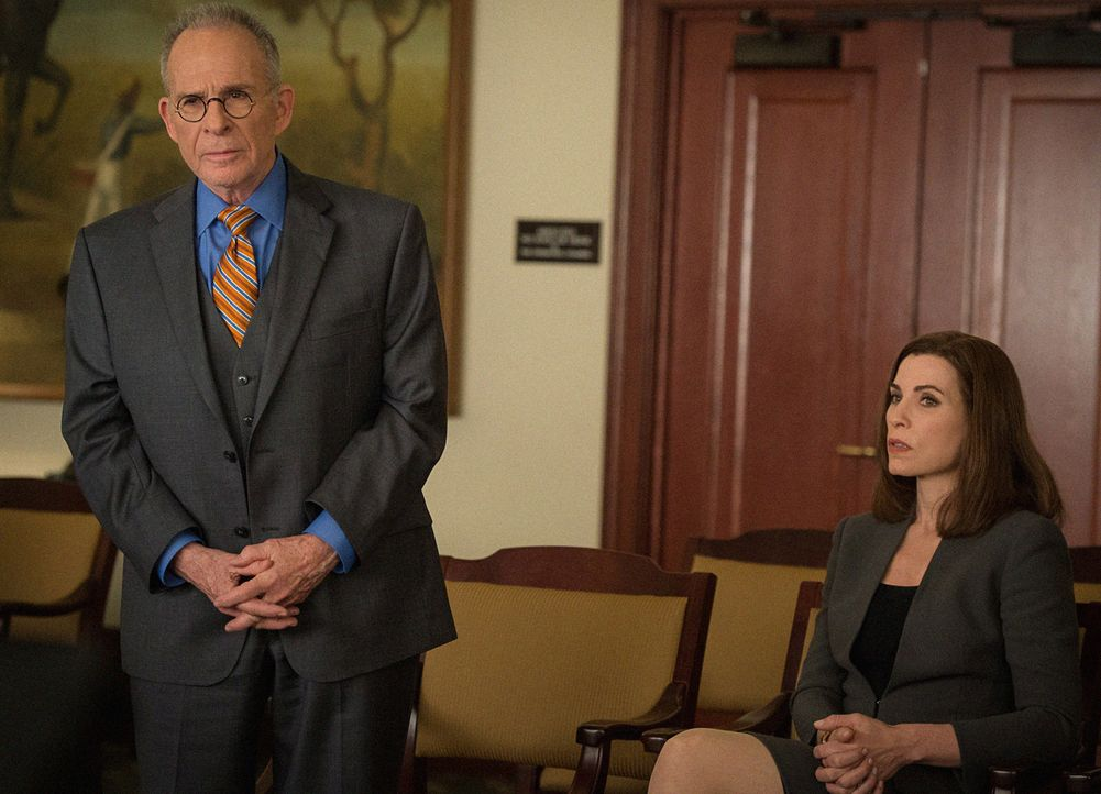 Gegen Alicia (Julianna Margulies, r.) wird ein Prozess wegen Wahlbetrugs eingeleitet. Kann der legendäre Anwalt Spencer Randolph (Ron Rifkin, l.) ih... - Bildquelle: Jojo Whilden 2014 CBS Broadcasting Inc. All Rights Reserved.