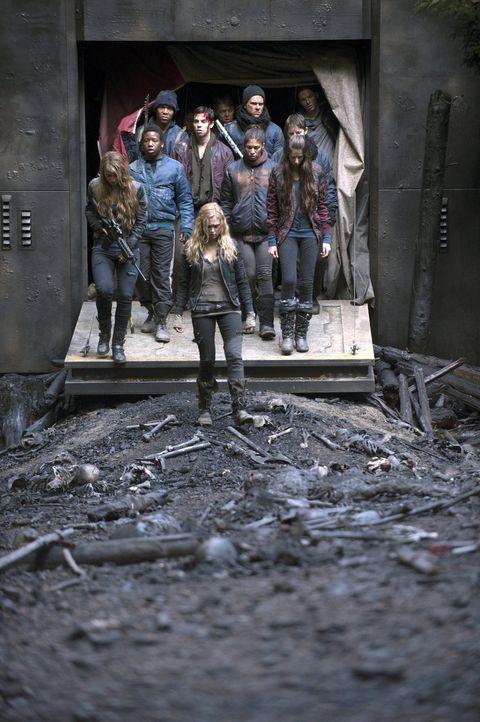 Auf der Asche eines ungleichen Kampfes: Mit Hilfe ihrer weit entwickelten Methoden schafft es Clarke (Eliza Taylor), den Erdenbewohnern einen großen... - Bildquelle: Warner Brothers