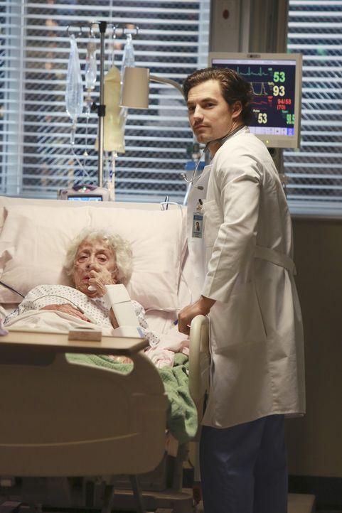 Andrew (Giacomo Gianniotti, r.) kümmert sich um Gabby (Ann Morgan Guilbert, l.), während Maggie nicht weiß, was sie von der Nacht mit ihm halten sol... - Bildquelle: Ron Tom ABC Studios