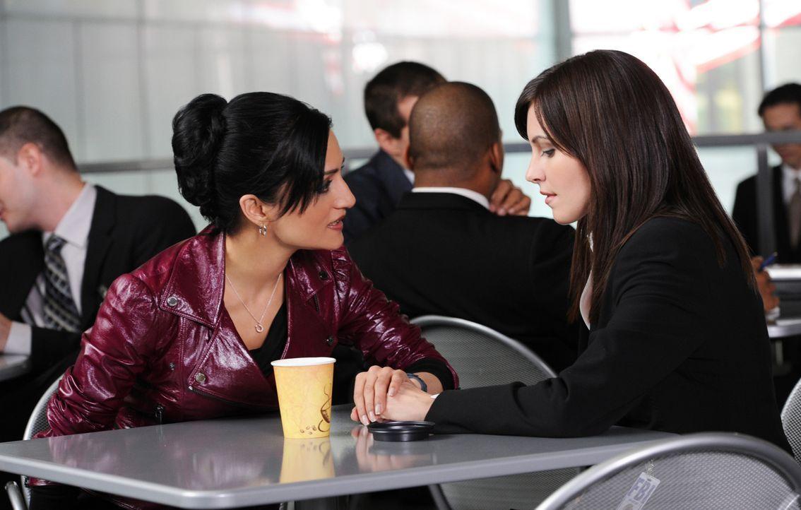 Bei einem Treffen in der Cafeteria des FBI beschließen Lana (Jill Flint, r.) und Kalinda (Archie Panjabi, l.), dass sie Berufliches und Privates ni... - Bildquelle: 2011 CBS Broadcasting Inc. All Rights Reserved.