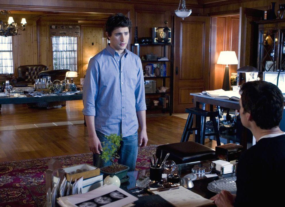 Kyle (Matt Dallas, l.) wird zu Adam Baylin (J. Eddie Peck, r.) gebracht, der ihm seine Lebensgeschichte offenbart ... - Bildquelle: TOUCHSTONE TELEVISION