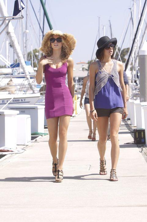Wird Naomis (AnnaLynne McCord, l.) und Silvers (Jessica Stroup, r.) Freundschaft die vielen Intrigen überstehen? - Bildquelle: TM &   CBS Studios Inc. All Rights Reserved