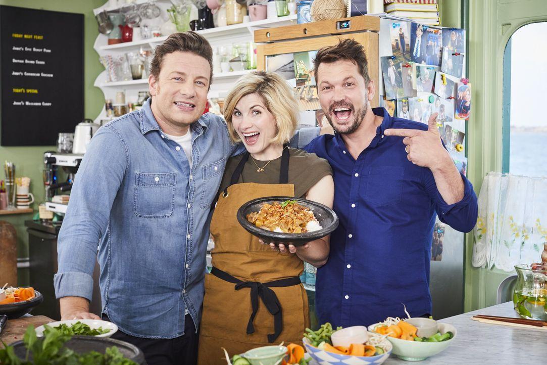 (v.l.n.r.) Jamie Oliver; Jodie Whittaker; Jimmy Doherty - Bildquelle: Steve Ryan Jamie Oliver Productions, 2018 / Steve Ryan