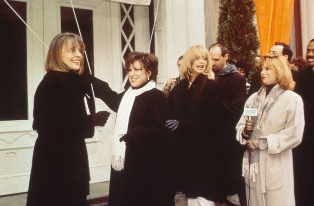 Brenda (Bette Midler, 2.v.l.), Elise (Goldie Hawn, 3.v.l.) und Annie (Diane Keaton, l.) haben alles für ihre erfolgreichen Ehemänner getan - und nun... - Bildquelle: Paramount Pictures