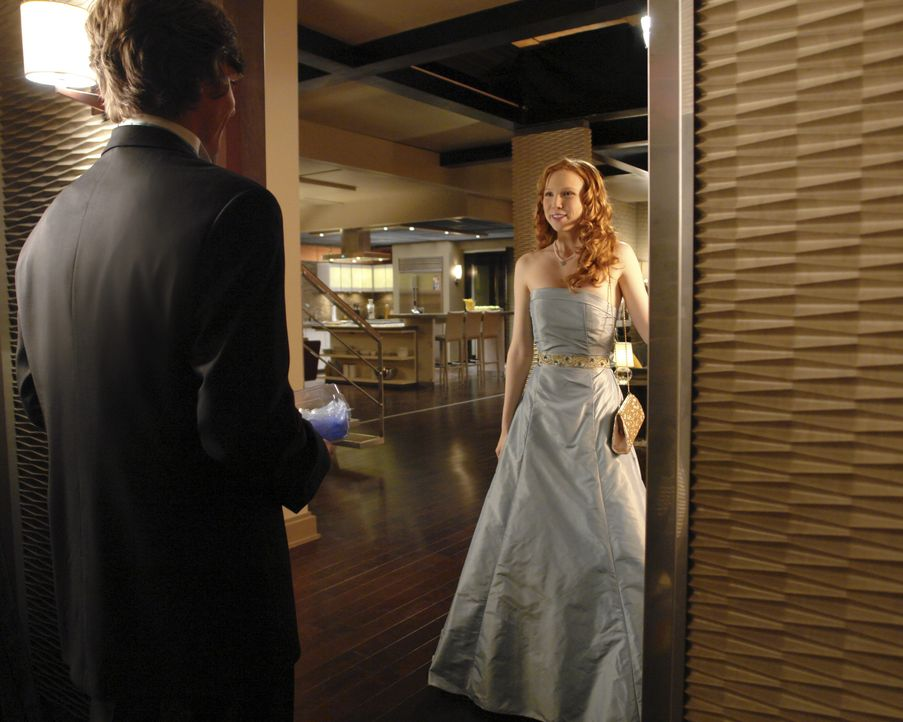 Owen (Drew Osborne, l.) ist begeistert von Alexis (Molly C. Quinn, r.), die ihn zum Junior-Senior-Abschlussball begleiten wird. - Bildquelle: ABC Studios