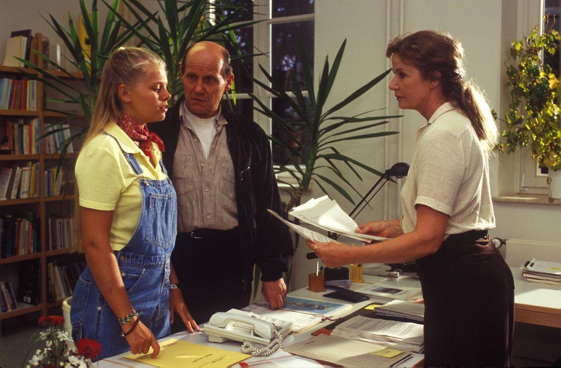 Natalie (Anne Sophie Briest, l.) nimmt enttäuscht ihre Schulausweisung von der Rektorin Frau März (Lisa Kreuzer, r.) und ihrem Lehrer Herrn Baum (... - Bildquelle: Sat.1