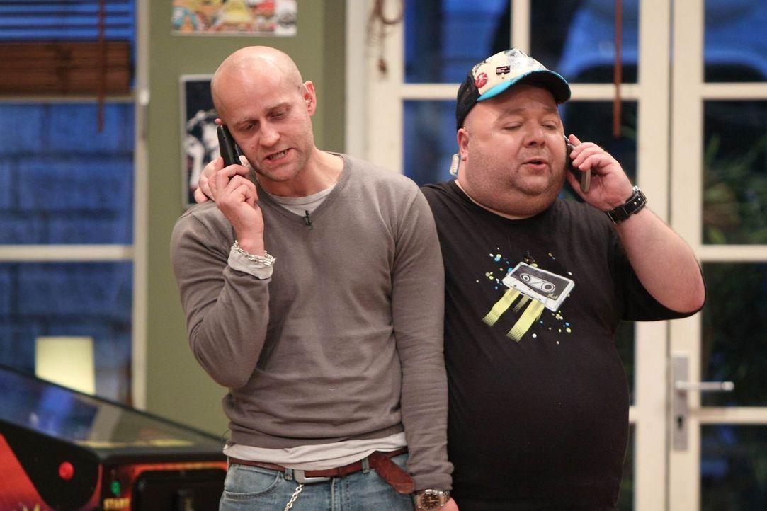 Jürgen Vogel (l.) und Dirk Bach (r.) haben wichtige Geschäfte zu erledigen ... - Bildquelle: Frank Hempel SAT 1