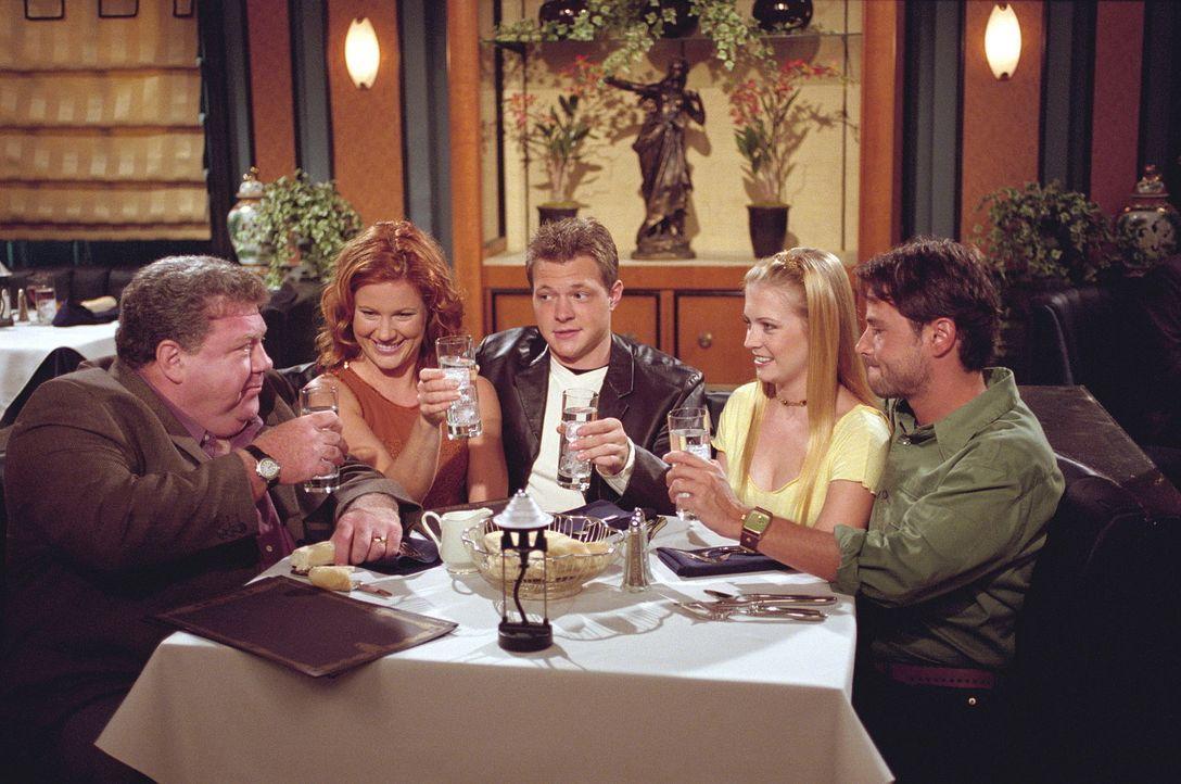 (v.l.n.r.) Mike Shelby (George Wendt) ist wie ausgewechselt: Er lädt sogar Morgan (Elisa Donovan), Harvey (Nate Richert), Sabrina (Melissa Joan Har... - Bildquelle: Paramount Pictures