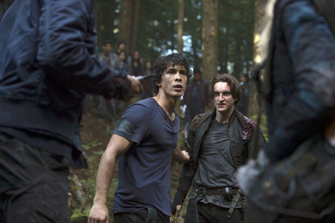 Bellamy (Bob Morley, l.) und John (Richard Harmon, r.) werden nicht aufgeben, bis sie ihr Ziel erreicht haben, koste es, was es wolle ... - Bildquelle: Warner Brothers