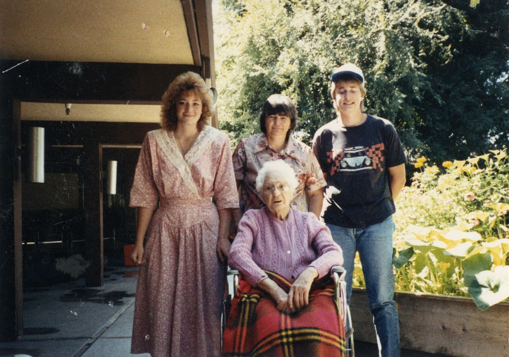 Das Verhältnis von Tina Loesch (l.) zu ihrer Mutter Barbara (hinten M.), ihrem Bruder Charles (r.) und ihrer Großmutter (vorne) war immer gut. Bis s... - Bildquelle: 2013 NBCUniversal ALL RIGHTS RESERVED.