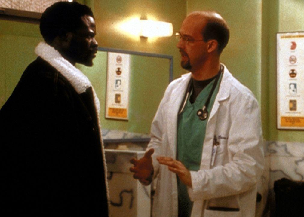 Dr. Greene (Anthony Edwards, r.) versucht mit allen Mitteln, Mobalages (Djimon Hounsou, l.) Erinnerungen wachzurütteln. - Bildquelle: TM+  2000 WARNER BROS.