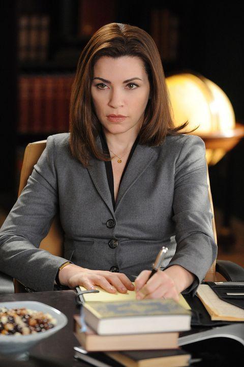 Alicia (Julianna Margulies) vertritt Carla, die Frau von Peters Widersacher. Diese benutzt Alicia als Druckmittel, um bei der Scheidung all ihre For... - Bildquelle: CBS Studios Inc. All Rights Reserved.
