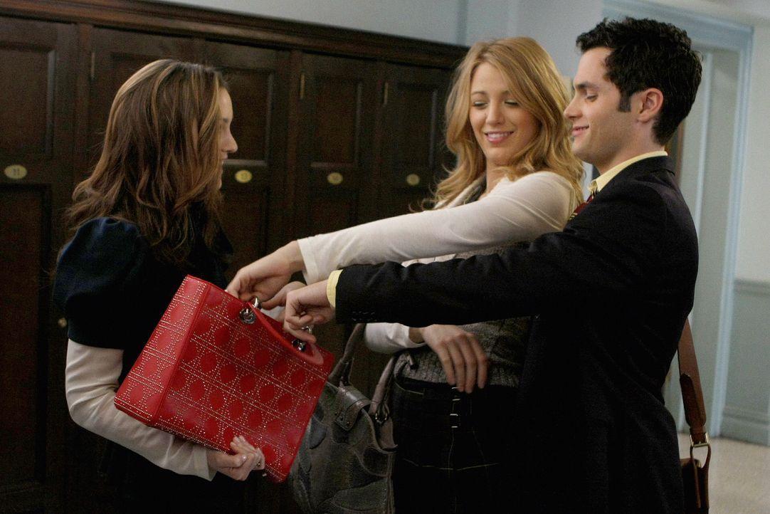Als Blair (Leighton Meester, l.) Serena (Blake Lively, M.) um Rat wegen Chuck fragen will, muss sie schockiert feststellen, dass sie wieder mit Dan... - Bildquelle: Warner Brothers