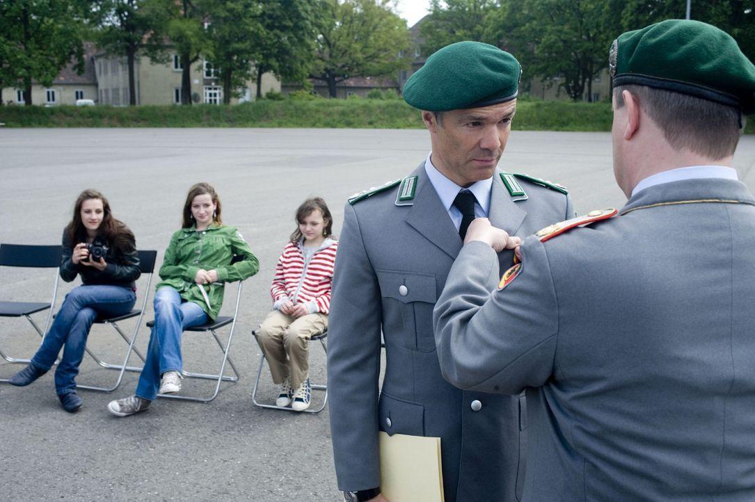 Nach Beendigung seiner militärischen Laufbahn beschließt der allein erziehende Vater dreier Töchter, Harald Westphal (Hannes Jaenicke, 2.v.r.), e... - Bildquelle: Sat.1