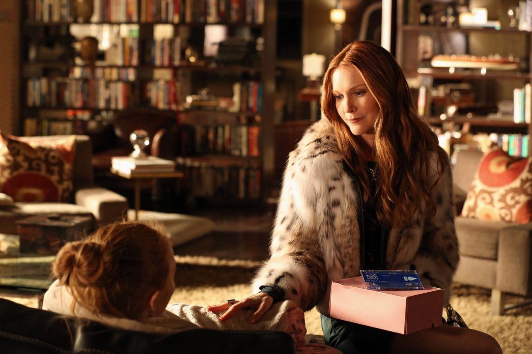 Meredith (Darby Stanchfield, r.) kommt spontan zu Besuch, um sich um ihre kranke Tochter Alexis (Molly C. Quinn, l.) zu kümmern ... - Bildquelle: 2012 American Broadcasting Companies, Inc. All rights reserved.
