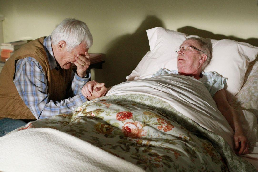 Während Renee in der Vorbereitungen ihrer Hochzeit mit Ben steckt, müssen Roy (Orson Bean, l.) und Mr. McClusky (Kathryn Joosten, r.) voneinander Ab... - Bildquelle: ABC Studios