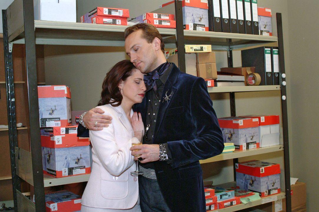 Inka (Stefanie Höner, l.) und Hugo (Hubertus Regout, r.) versöhnen sich. - Bildquelle: Monika Schürle Sat.1