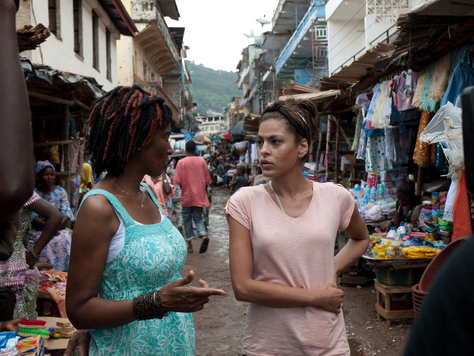 Die Schauspielerin Eva Mendes (r.) reist nach Sierra Leone, wo Gewalt an Frauen alltäglich ist. Hier trifft sie auf Amie Kadeh (l.), die mit dem In... - Bildquelle: Fremantle