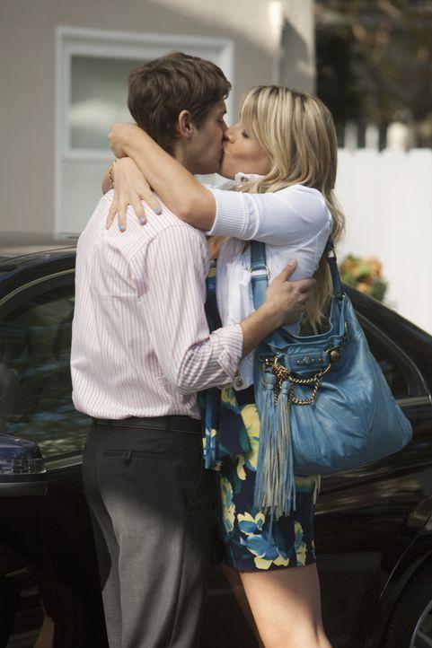 EIn letzter Kuss bevor Smith (Ryan Devlin, l.) zurück auf die Militär-Schule muss und Laurie (Busy Philipps, r.) wieder allein ist ... - Bildquelle: 2009 ABC INC.