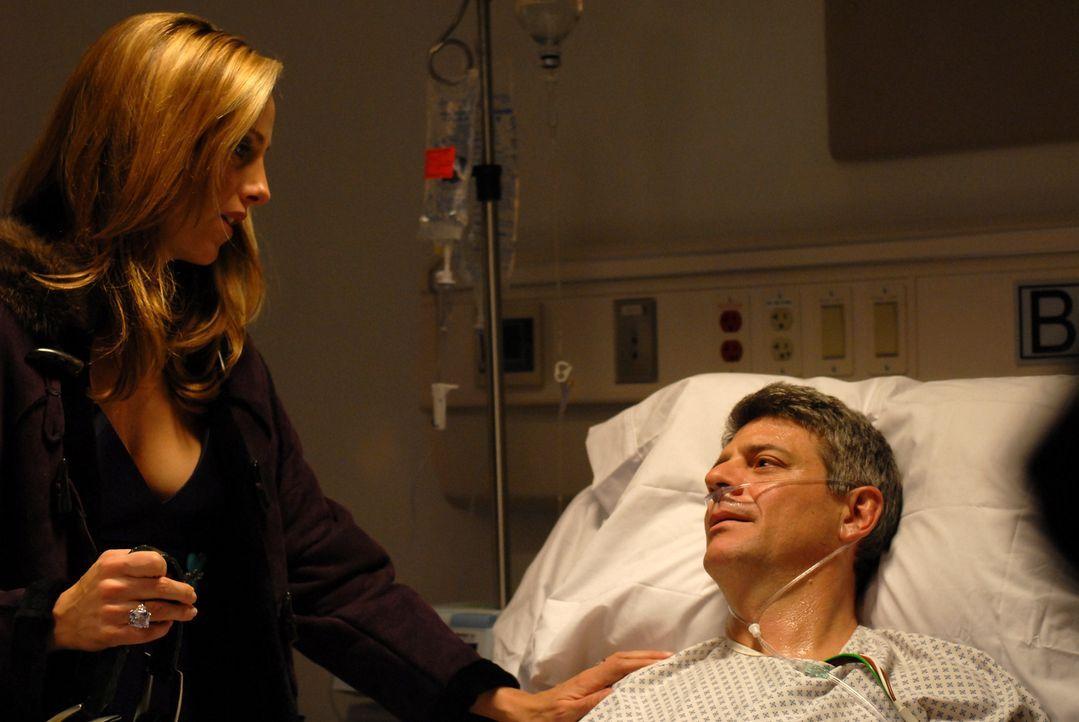 Als Nico (Kim Raver, l.) von Charles' (Christopher Cousins, r.) Herzinfarkt erfährt, rast sie sofort ins Krankenhaus, denn sie liebt ihren Mann imme... - Bildquelle: 2004 NBC, Inc.