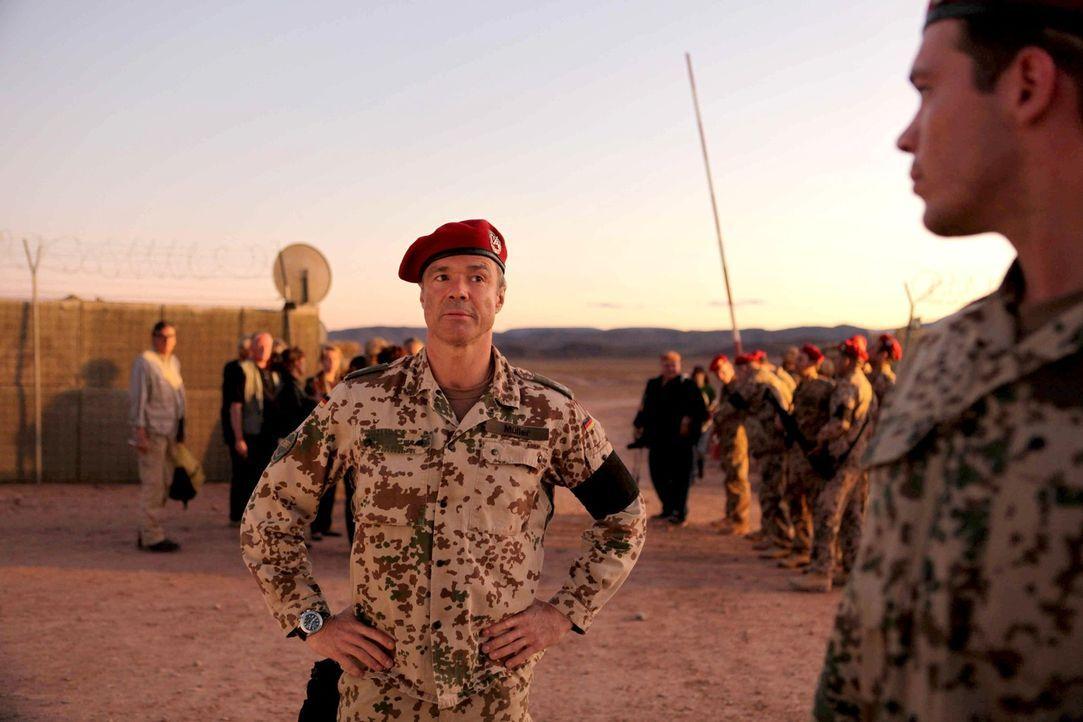 Major Müller (Hannes Jaenicke, l.) ahnt nicht, dass hinter seinem Rücken eine Menge Dinge passieren, die er niemals gutheißen würde ... - Bildquelle: Sife Ddine ELAMINE ProSieben