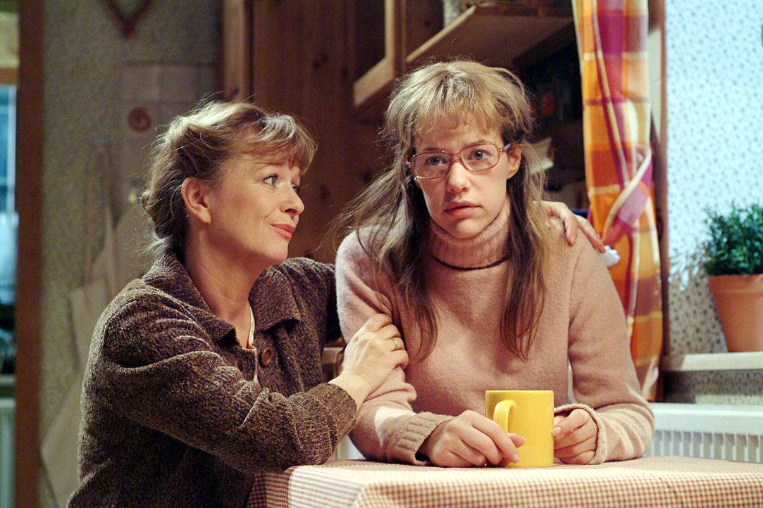 Helga (Ulrike Mai, l.) merkt, dass es Lisa (Alexandra Neldel, r.) nicht gut geht und sie mit den Tränen kämpft. (Dieses Foto von Alexandra Neldel... - Bildquelle: Sat.1
