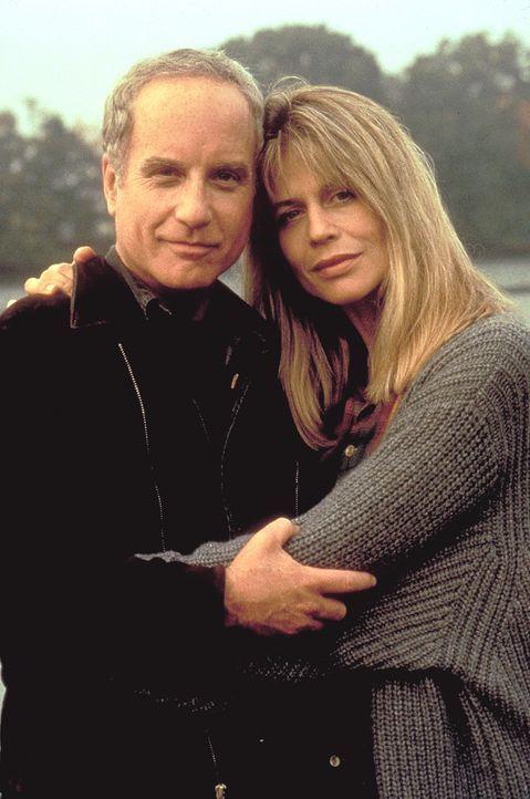 Jake (Richard Dreyfuss, l.) und Karen Rainer (Linda Hamilton, r.) nehmen sich des kleinen Tims an und erfahren so die schreckliche Wahrheit ... - Bildquelle: Warner Bros.